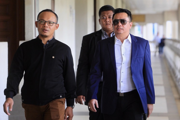 A file photo of Datuk Rizal Mansor (right) at the High Court. (Photo: The Edge)